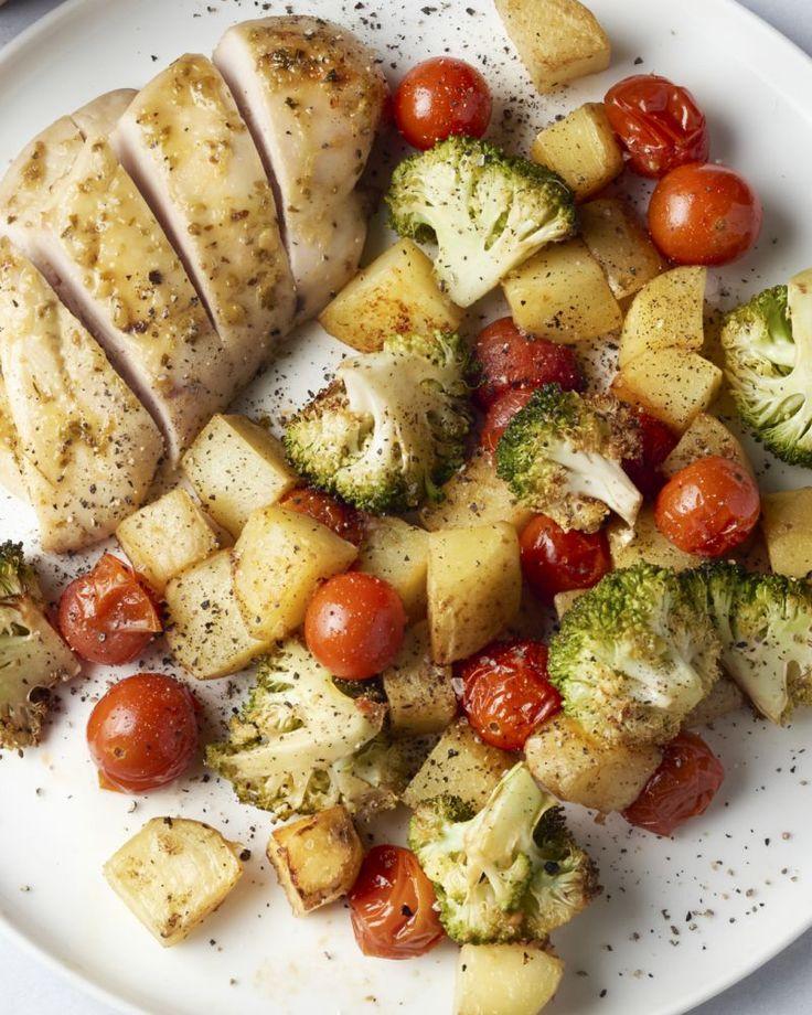 Deze ovenschotel maak je klaar in een wip. Je maakt een lekkere kleverige marinade op basis van honing, husselt er de kip en groentjes in, en hop, in de oven!