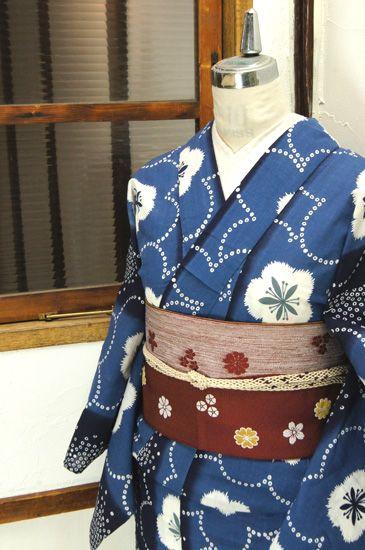 紺と瑠璃の大胆な縞に、鹿の子の水玉が形作る淡雪のような模様もはかなげに美しい梅の花模様が重ねられた注染レトロ浴衣です。 #kimono