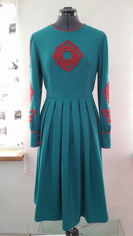 Платье с орнаментом, вышитая чешским бисером, юбка со встречными складками. Цена $ 150