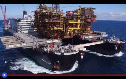 Il gigante che rimuove piattaforme petrolifere dal mare Oltre la tenebra nel mare delle onde, una torre di metallo giace. C'è stata un'epoca in cui era utile. C'è stato un tempo in cui venne finanziata. Risorse ingenti furono investite, dalla Shell UK nel #navi #trasporti #energia #estrazone