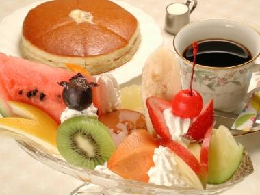 純喫茶アメリカン_昭和21年の開店以来、役者や芸人など各界の有名人から地元の人にまで愛される老舗の喫茶店。手間ひまかけてじっくりいれた自家焙煎のコーヒー(¥530)や自家製で無添加のカスタードプリン(¥500)をはじめ、創業当時と変わらぬ味が定評。おすすめは、牛肉のモモ肉のみを使ったビーフカツサンドウィッチ(¥1250)や、人気のプリンでつくるプリンサンデー(¥800)。