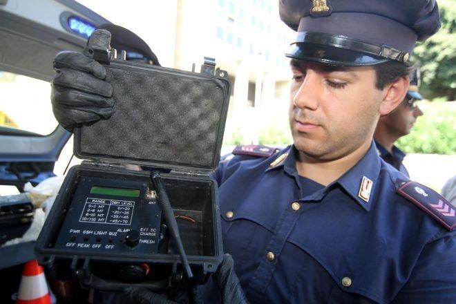 Blitz polizia a Scampia: trovate armi  e un apparecchio per non farsi intercettare - Leggi la notizia: http://www.ilmattino.it/napoli/citta/blitz_polizia_a_scampia_trovate_armi_e_un_apparecchio_per_non_farsi_intercettare/notizie/219773.shtml