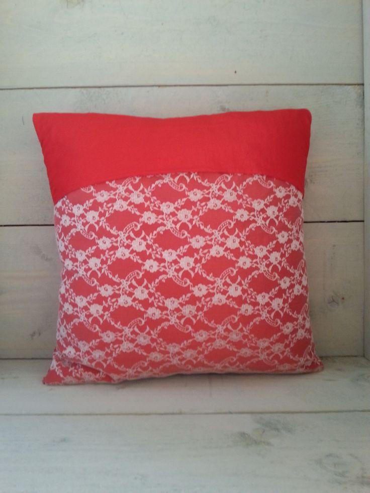 Rood zijden kussen met kant Facebookpagina handgemaakte produkten