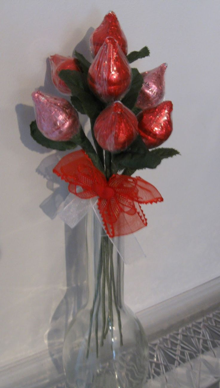 A crafty idea for Valentines Day Hersheys Kisses Roses After seeing the packages of Hershey