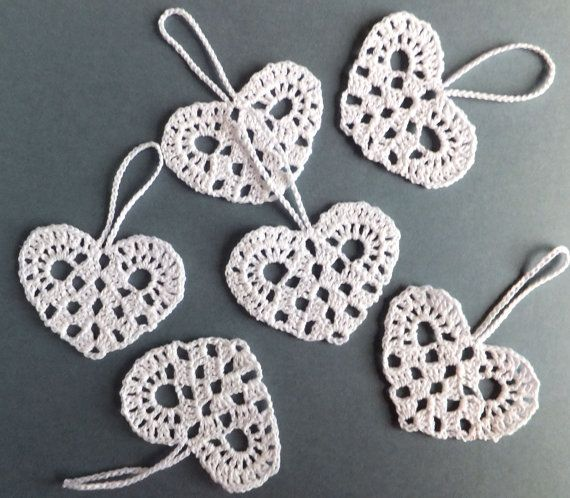 chochet heart ornaments, cute to hang on your centrepieces and then have guests take home for their Christmas trees