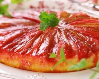 Gâteau au yaourt allégé de rhubarbe renversée : http://www.fourchette-et-bikini.fr/recettes/recettes-minceur/gateau-au-yaourt-allege-de-rhubarbe-renversee.html
