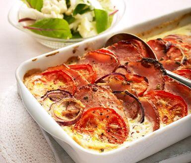 Kassler i ugn med rödlök och tomat, en rätt som är enkel att laga och smakar fantastiskt gott. Kasslerskivor varvas med lök och tomat i en ugnsform. Mjölk kokas med timjan, peppar och créme fraiche som hälls över kasslern och steks färdigt i ugnen. Koka ris och förbered salladen som serveras som tillbehör.