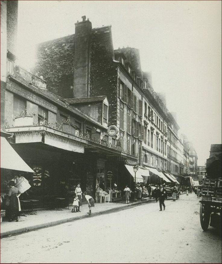 Une vue de la rue d'Aligre en direction de la rue du Faubourg-Saint-Antoine, en juin 1921. La maison basse (n° 13) au premier plan est toujours là de nos jours...  (Paris 75012)