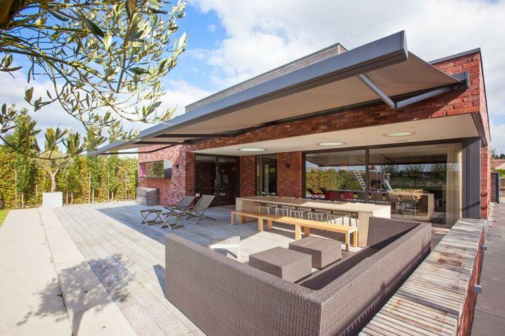 Met het ontwerp van het BX270 zonnescherm hebben we voluit ingezet op een strak en stijlvol design zodat ons gamma voortaan oplossingen aanbiedt voor alle mogelijke huisstijlen: van klassiek tot modern. http://www.veldmanzonwering.nl/zonwering/terrasschermen-terraszonwering-knikarm/harol-bx-270-vierkant-terrasscherm/