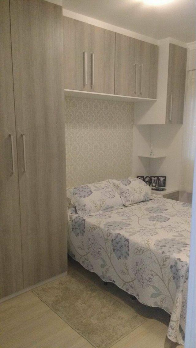 Quartos pequenos de apartamentos! Uma ótima ideia de armários sendo continuado na parede! A dica fica pelos armários em cima da cama, onde ao deixá-los recusados em relação aos outros não deixam a sensação de sufocamento do ambiente !