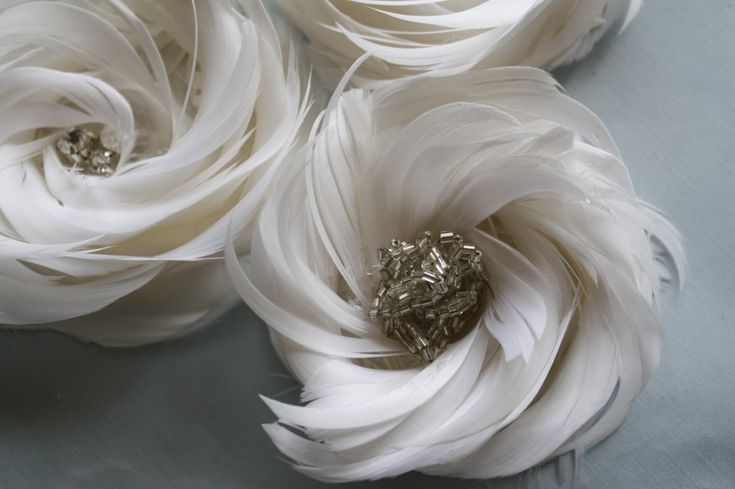feather wedding decor- These would be gorgeous as accents in a bouquet, on a dress or worn as a headpiece!
