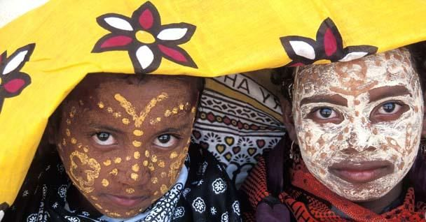 Malagasy women are constantly under the sun, whether in the field or in their village. Therefore it is not unusual to meet women masked with red or yellow beauty mask. I would point out that these masks are by no means disguises but products that can keep ourselves from the ultraviolet rays from the sun, as well as creams produced by professional firms.  Called Masonjoany, Malagasy name for the sandalwood of Madagascar ( the scientific name is Enterospermummadagascariensis or…