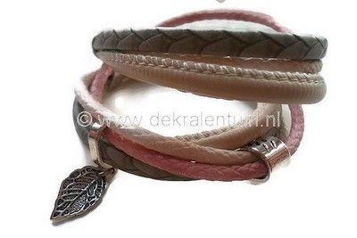 Mooie wikkelarmband gemaakt van PU-leerkoord in de kleuren grijs, roze en creme.