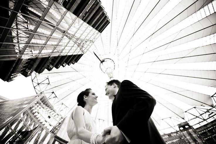 Shooting mit dem Hochzeitspaar im Sony Center Berlin #hochzeit #brautpaar #wedding