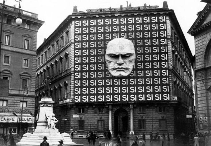 El gigantesco y aterrador cartel del «Sí» en la fachada de la sede del Partido Fascista