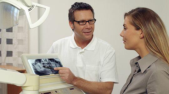 Gründlich untersuchen. Mit einer Röntgenaufnahme kann der Zahnarzt erkennen, ob eine Wurzelkanalbehandlung notwendig, möglich und sinnvoll ist.
