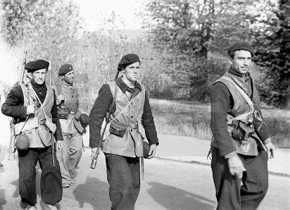 """Spain - 1936. - GC - ZONA REPUBLICANA. MADRID, 08/11/1936. Grupo de internacionales del batallón """"Communne de Paris"""", integrados en la XI Brigada a su llegada a Madrid. Portan amplia boina negra de los alpinos franceses y un coleto de cuero de origen inglés. Conocido el plan de ataque del general Varela a Madrid, Vicente Rojo ordena a la XI Brigada Internacional, que se encontraba en el sector sur, reforzar las posiciones en donde se va a producir el ataque principal, la Ciudad Univesitaria"""