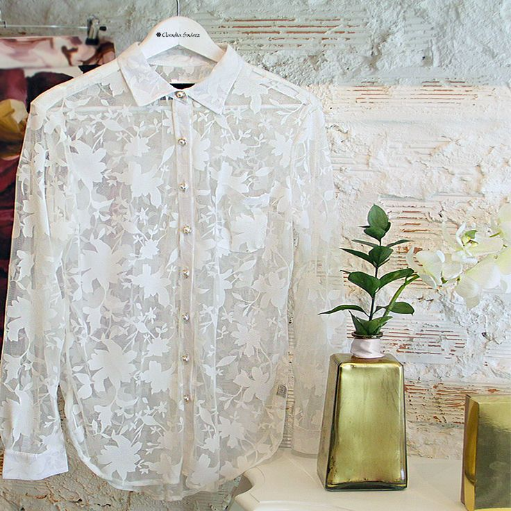 Start your week with a beautiful garment very feminine and delicate. Our top in flowers I devoured, very light and fresh, perfect to give a naive touch …