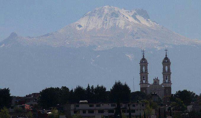 Basilica de Ocotlan y de fondo la Malinche