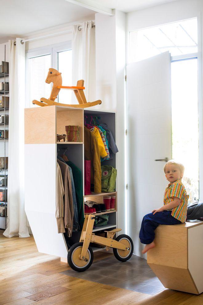 A l'entrée, des meubles sur-mesure en bois réalisés par les propriétaires
