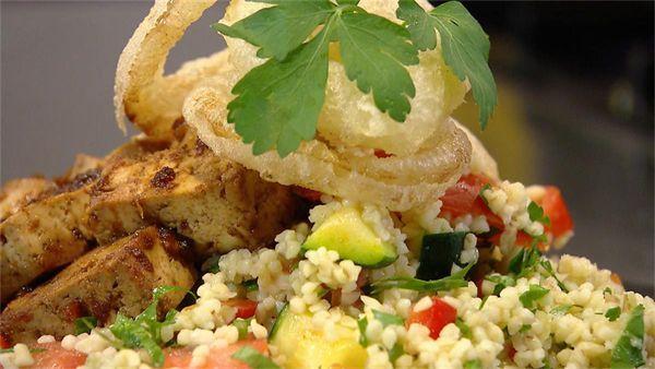Sharon let op de portemonnee en maakt een betaalbare salade met het graan bulgur. Dit graan smaakt een beetje naar noten! - 4 personen Ingrediënten...