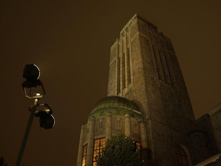 Kallion kirkon torni iltavalaistuksessa - Toinen Linja