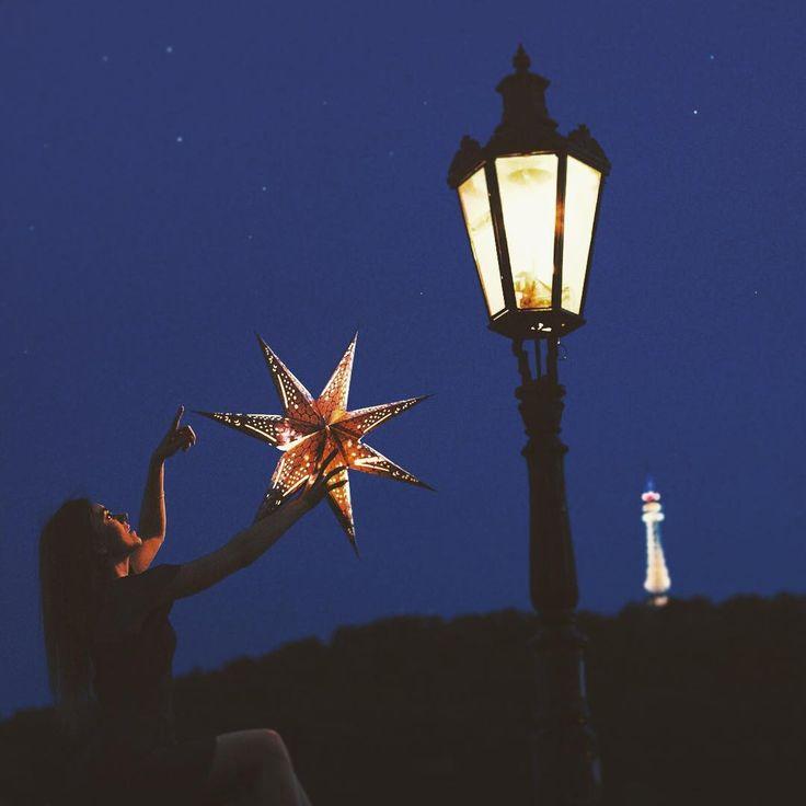 А на пражских крышах сидит хрупкая красивая девушка, которая по вечерам зажигает звезды 💫🌟 Много-много маленьких звёздочек, что усеивают этот бездонный и бесконечный, общий наш с вами небосвод 😇 Впрочем... Фонари и башенки - тоже её рук дело 😊✨ Спокойной ночи вам и хороших выходных! 🌙📷