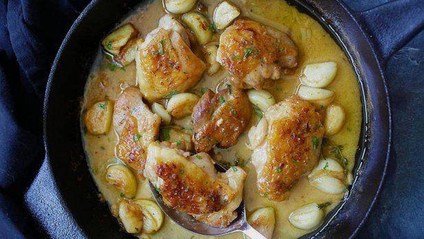 Milovníci česneku, zbystřete! Máme pro vás fantastický recept na šťavnaté kuře v krémové omáčce s celými stroužky česneku, které při přípravě krásně zkaramelizují.