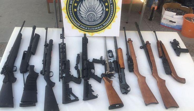 Elementos de la Policía Federal aseguraron en la Autopista Morelia-Salamanca una camioneta con placas de Texas en las cuales se transportaban en compartimentos ocultos un arma corta y 10 armas ...