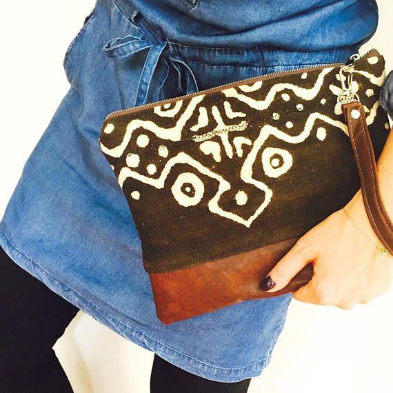 Idée cadeau : sac pochette en véritable cuir style bohème, gipsy et ethnique très tendance à porter à la main grâce à dragonne assortie en cuir marron  Véritable kilim en lin tissé et peint à la main cousus avec du cuir de veau marron.  Pochette en cuir entièrement doublée en tissu effet velours avec sa poche intérieure (poche en cuir).  Dimension sac : 29cmx19cm.  LIVRAISON : Tous les colis sont en envois suivis mais attention, nous sommes créatrices françaises et vivons à Izmir en Turquie…