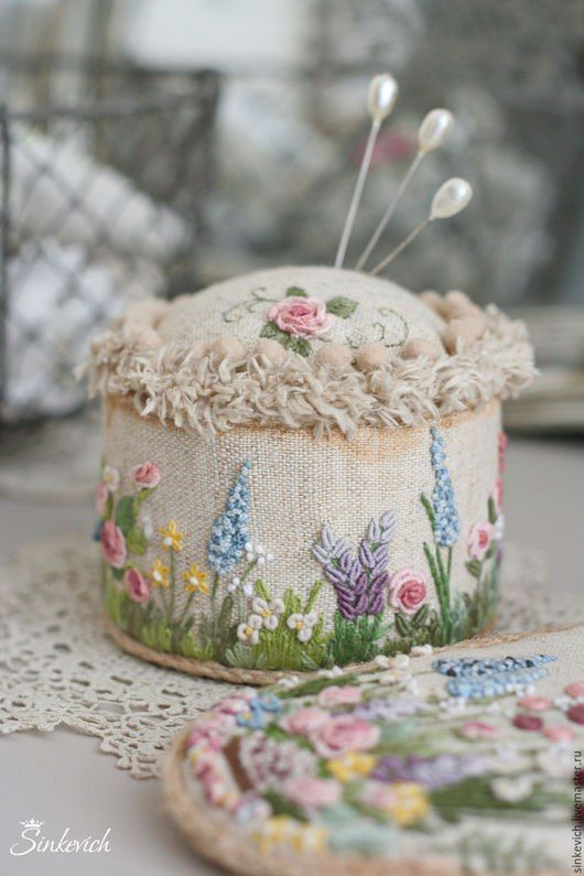 In love with this pin cushion. ♥ by Nadia Sinkevich who has wonderful boards on Pinterest. https://www.pinterest.com/nadiasink/