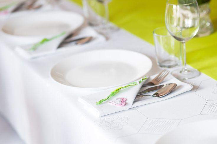 Dekoracje komunijne na stół, fot. Pixabay #dekoracje #komunijne #stół #kieliszki #obrus #zielony #białe #biel #talerze #sztućce #pomysły #inspiracje #pierwsza #komunia #talerzyki #impreza #przyjęcie #DekoracjeKomunijne #ozdabianie #dom #rodzina #święta