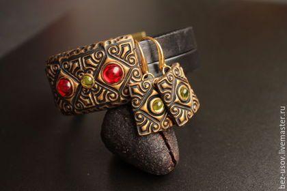Купить или заказать Кожаный Браслет 'Красное стекло' в интернет-магазине на Ярмарке Мастеров. Легкий браслет на кожаных шнурах черного цвета с авторской бусиной из полимерной глины. Бусина легкая. Стеклянные вставочки имеют серебристую основу и очень красиво играют на свету. Украшение смотрится довольно необычно. Надежный, сильный и стильный магнитный замок. Кожаную основу можно выбрать, либо 2 ремешка по 10 мм, либо 14 шнурочков как здесь www.livemaster.