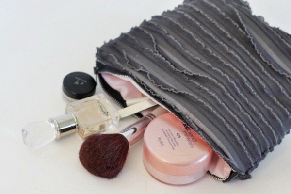 DIY: ruffle fabric  make up bag. I <3 the charcoal ruffle fabric with pink taffeta lining! Tutorial