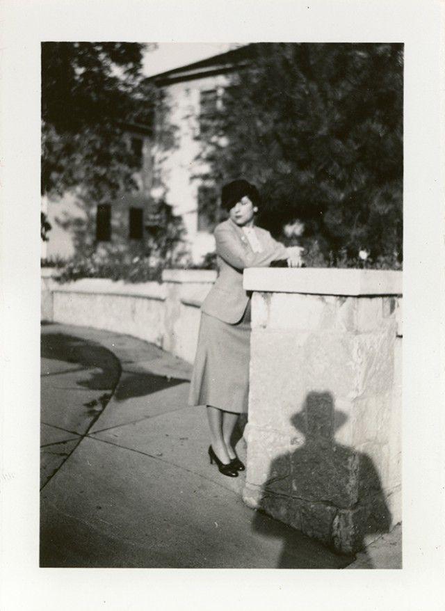 Винтажные фотографии с одинаковой жуткой тенью человека в шляпе