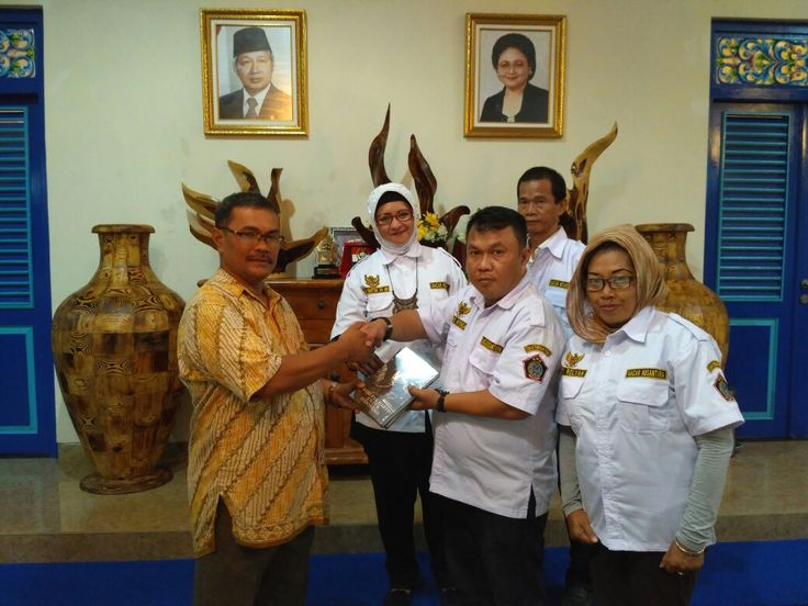 Ketum MANTRA menerima buku memorial alm Jendbes ALM HMS dari wakil ketua Mesum Memorial ALM HMS