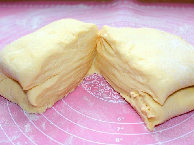 A vajas részhez: 260 g vaj, 30 g liszt A tésztához: 300 g liszt, 30 g vaj, 3 db tojássárga, 1 ek ecet (10%), 175 ml hideg víz, só A vajba dolgozzuk a lisztet, és a hűtőbe tesszük 30 percre. Liszt, só, tojások sárgája, vaj, ecet, hideg víz, összedolgozzuk. Még 80-100 g lisztet felvehet. 20 percig pihentetjük. A tésztát kissé kinyújtjuk, majd rátesszük a közepére a vajas részt, hajtogatjuk, kinyújtjuk, újra hajtogatjuk és 20 percig pihentetjük. Hajtogatás, pihentetés még kétszer. 200 C, 20…
