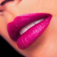Pink lipstick: mooi in combinatie met gele kleding en accessoires.