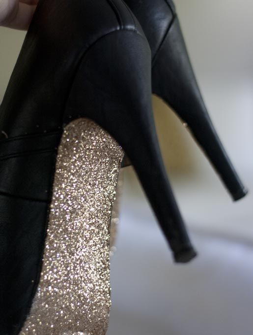 So easy....why didn't I think of this.    DIY glittery soled stilettos