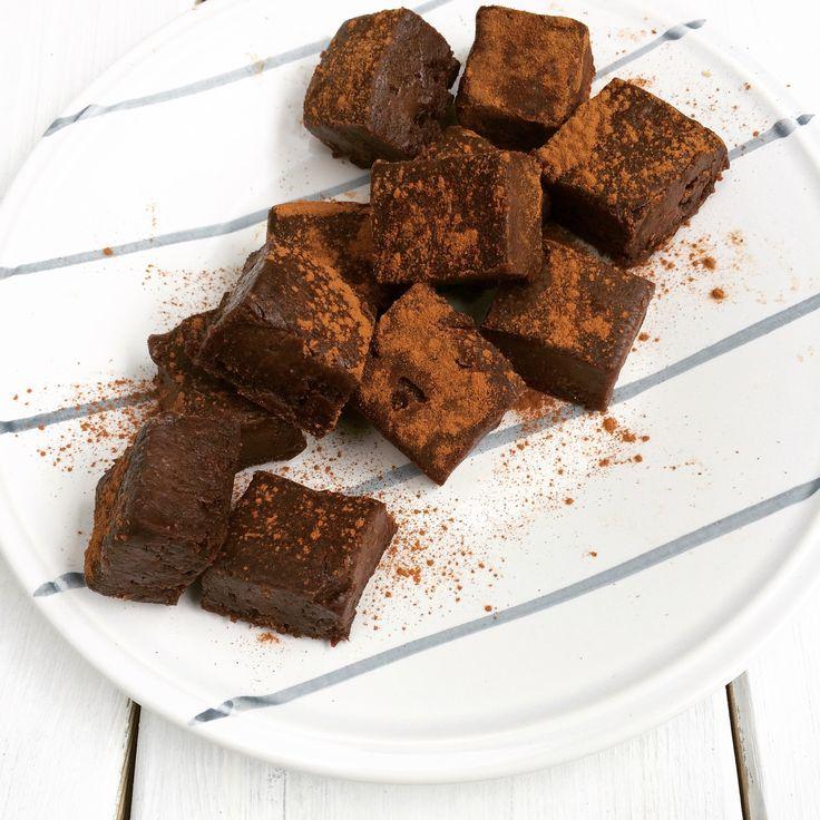 Gezonde fudge - Hoe lekker is dit? Voor deze heerlijke rauwe en supergezonde fudge doe je amandelpasta, banaan, kokosolie, vanille extract en cacaopoeder in