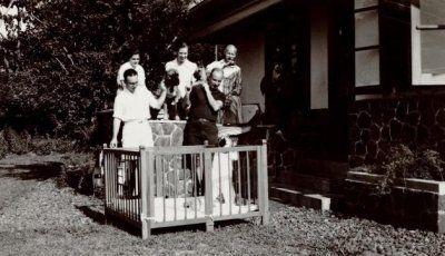 Keluarga Douwes Dekker (Dr. Setiabudhi) bersama anjing mereka, Waspada di rumah di Tjipaganti, Bandoeng. 1940-1950