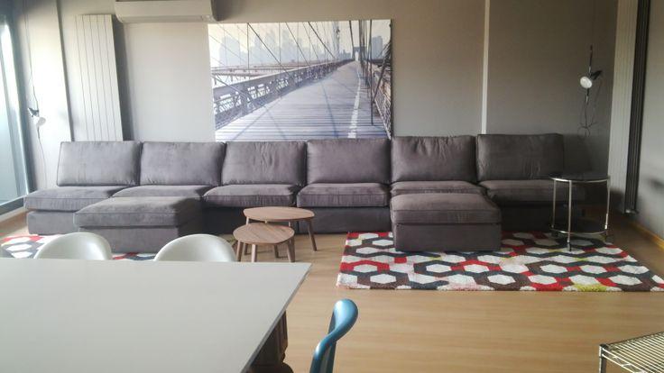 Gran sofá modular de casi seis metros.