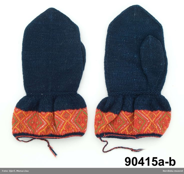 Ett par vantar för man , tvåändstickade av mörkblått ullgarn. Belongs to the costume that the men of Boda used to the church. Similar twined knitted mittens were also used in Rättvik.