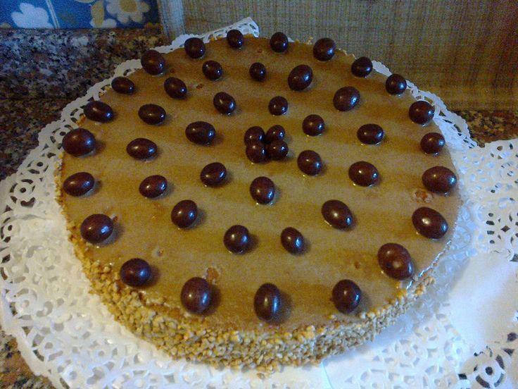 Torta Saronno farcita con confettura di pesche,inzuppata con liquore Amaretto e ricoperta di crema al burro aromatizzata alla mandorla