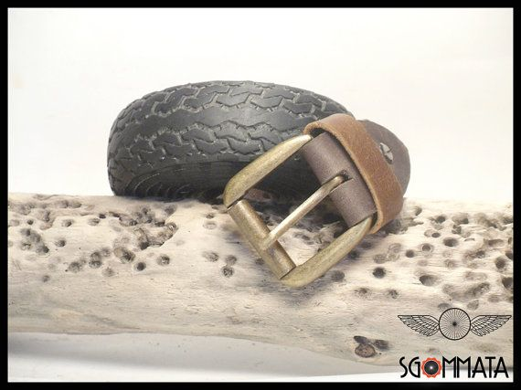 Cintura fatta a  mano con copertoni di bici  colore nero // fibbia color oro anticato // passante e reggi fibbia  in pelle // art.040