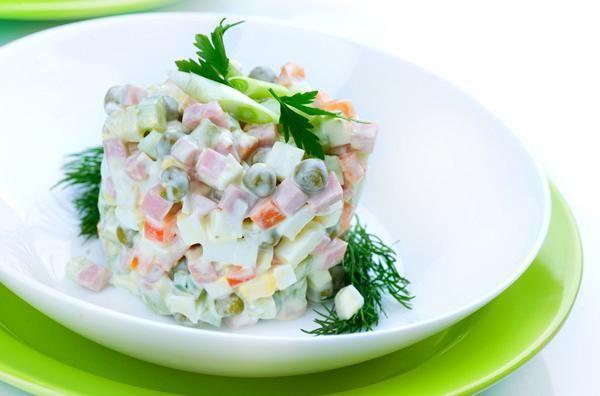 Σαλάτα με 4 τυριά,αλλαντικά,λαχανικά και σος γιαουρτιού. Χορταστική σαλάτα με δροσιά γιαουρτιού...