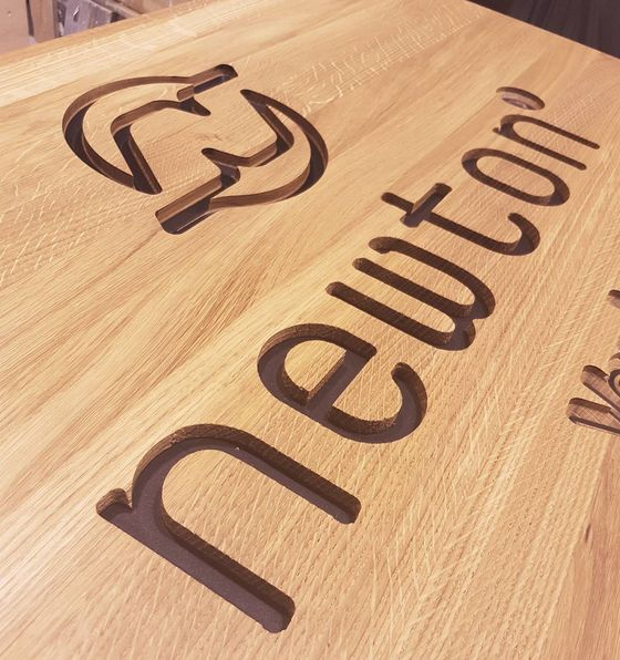 Logofresing i helstav eik og sort valchromat #newton #verdal #vipsenteret #logo #cnc #valchromat #oak #linolje #mnrt