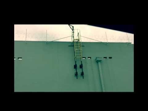 Il s'agit du Walmart de Springdale (Ohio) qui a fermé il y a plus de 3 ans. Officiellement, ce Fil barbelé concertina composé de lames de rasoirs (utilisé entre autre dans les camps militaires) servirait à éviter les vols de cuivre. Pourtant la hauteur...