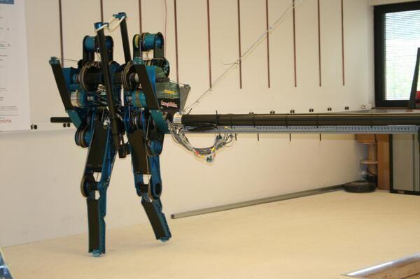 メイベル(MABEL)。ミシガン大学のチームによる人間のようなフォームでの二足歩行を実現するロボット。このロボットの技術は将来的に人類に素晴らしい恩恵を与えるだろうとのこと。軍事や救助用にも応用することが期待される。