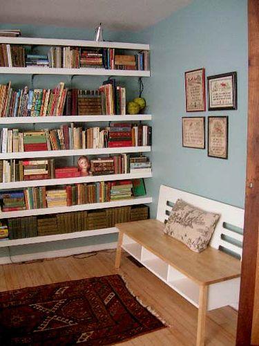 combi blauwe muur + witte boekenplanken